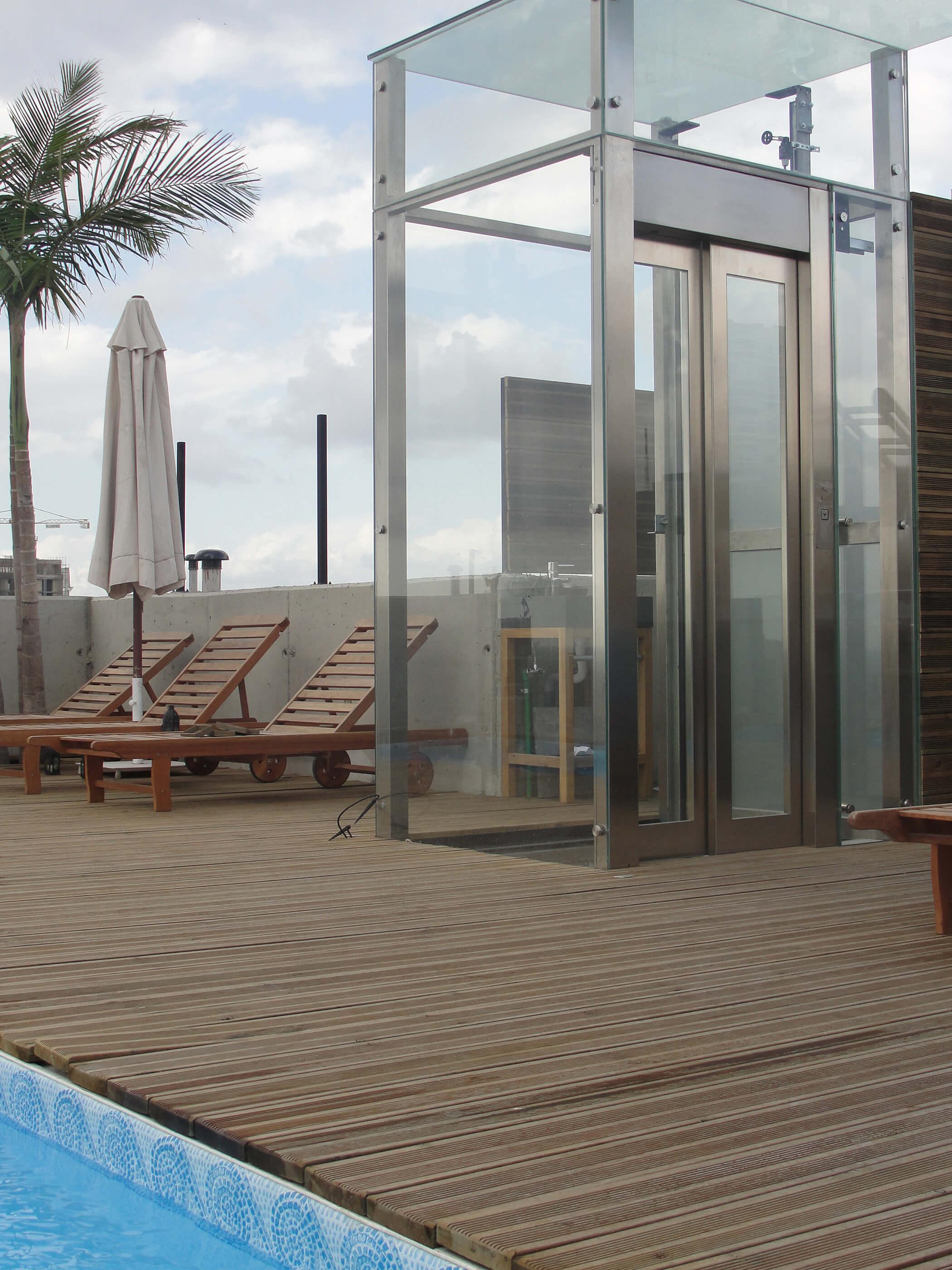 Élévateur vertical au bord d'une piscine