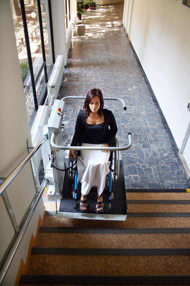 Jeune femme utilisant une plateforme monte-escalier