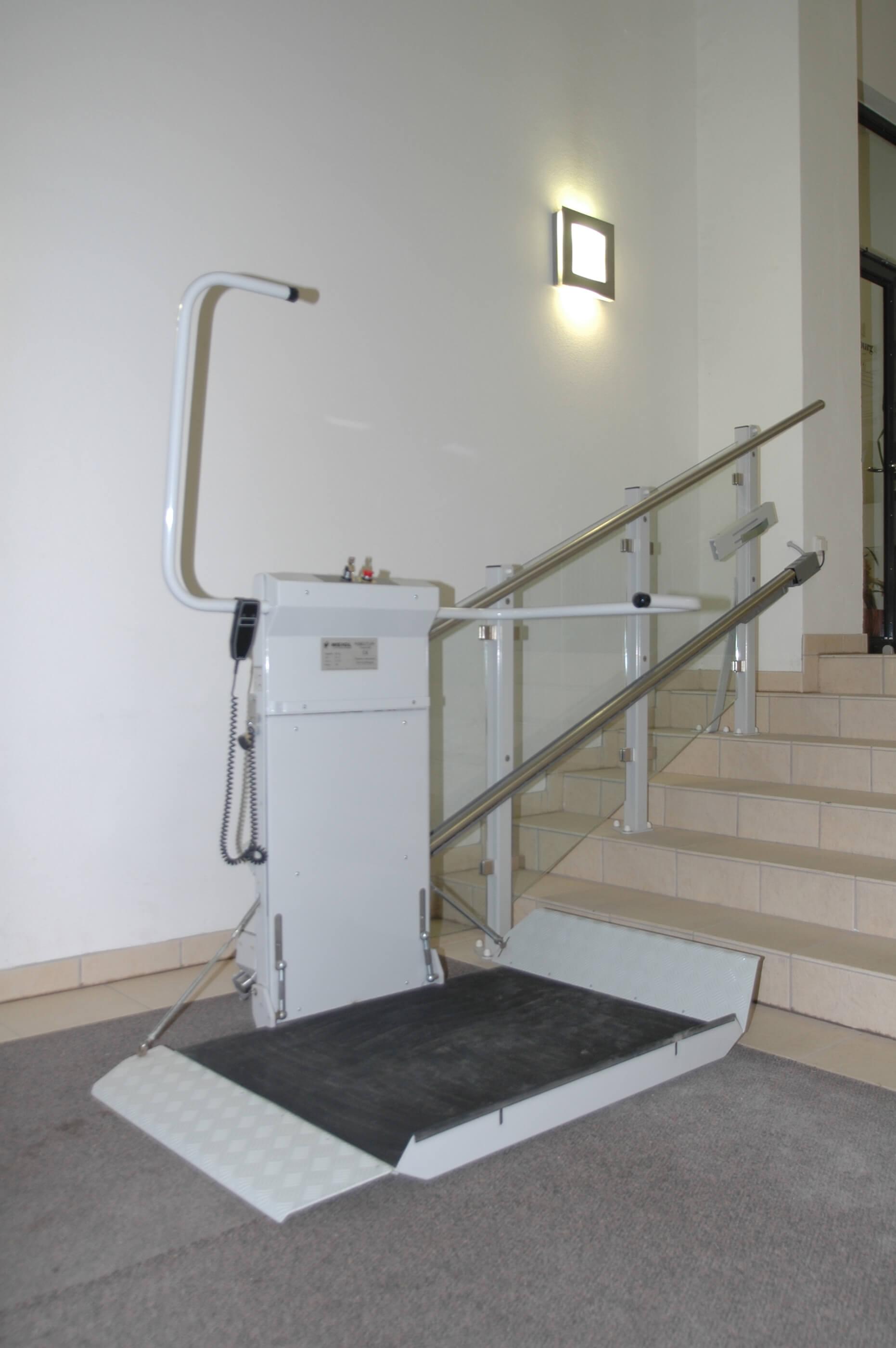 Plateforme monte-escalier pour personne à mobilité réduite