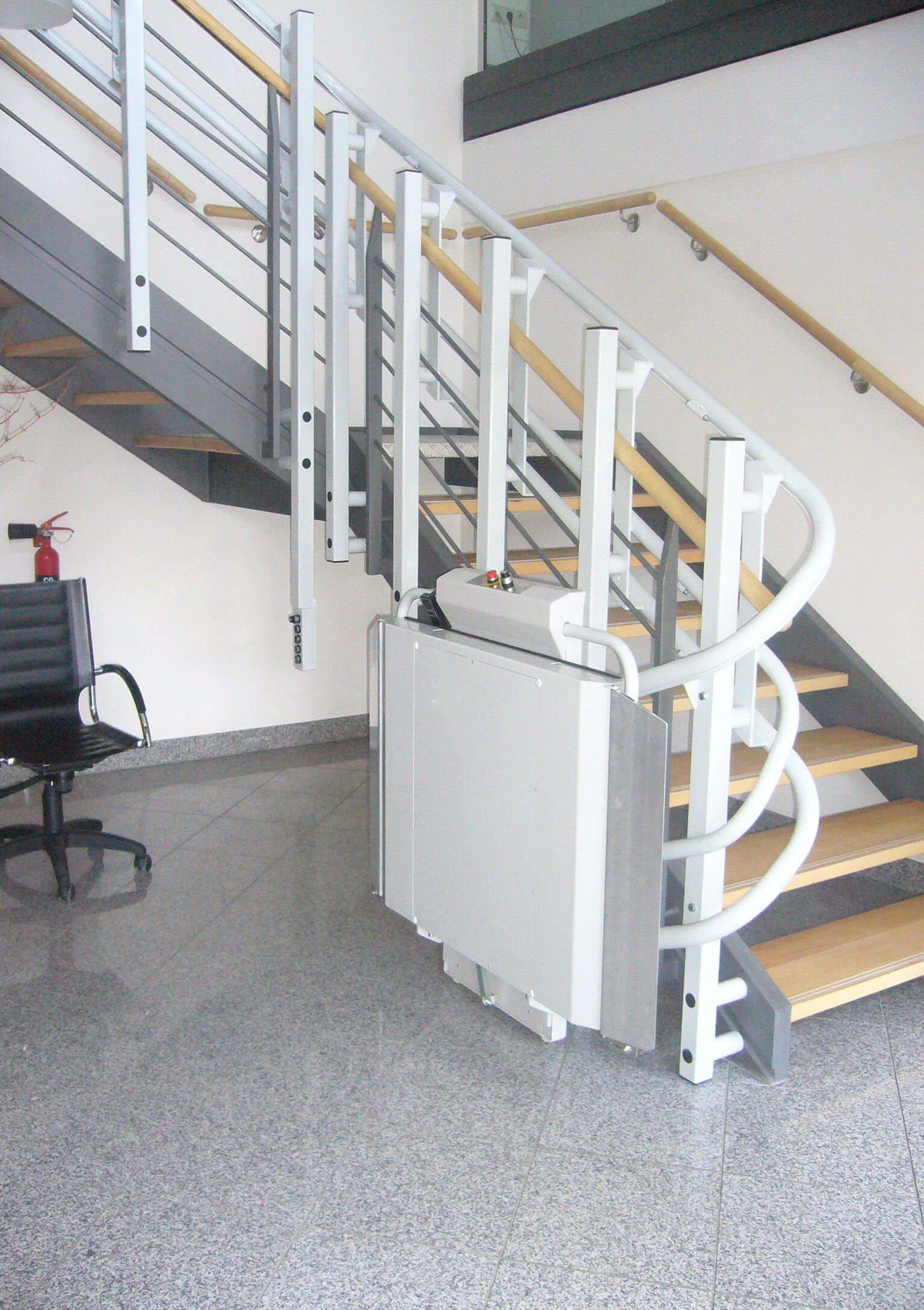 Plateforme monte-escalier en position pliée
