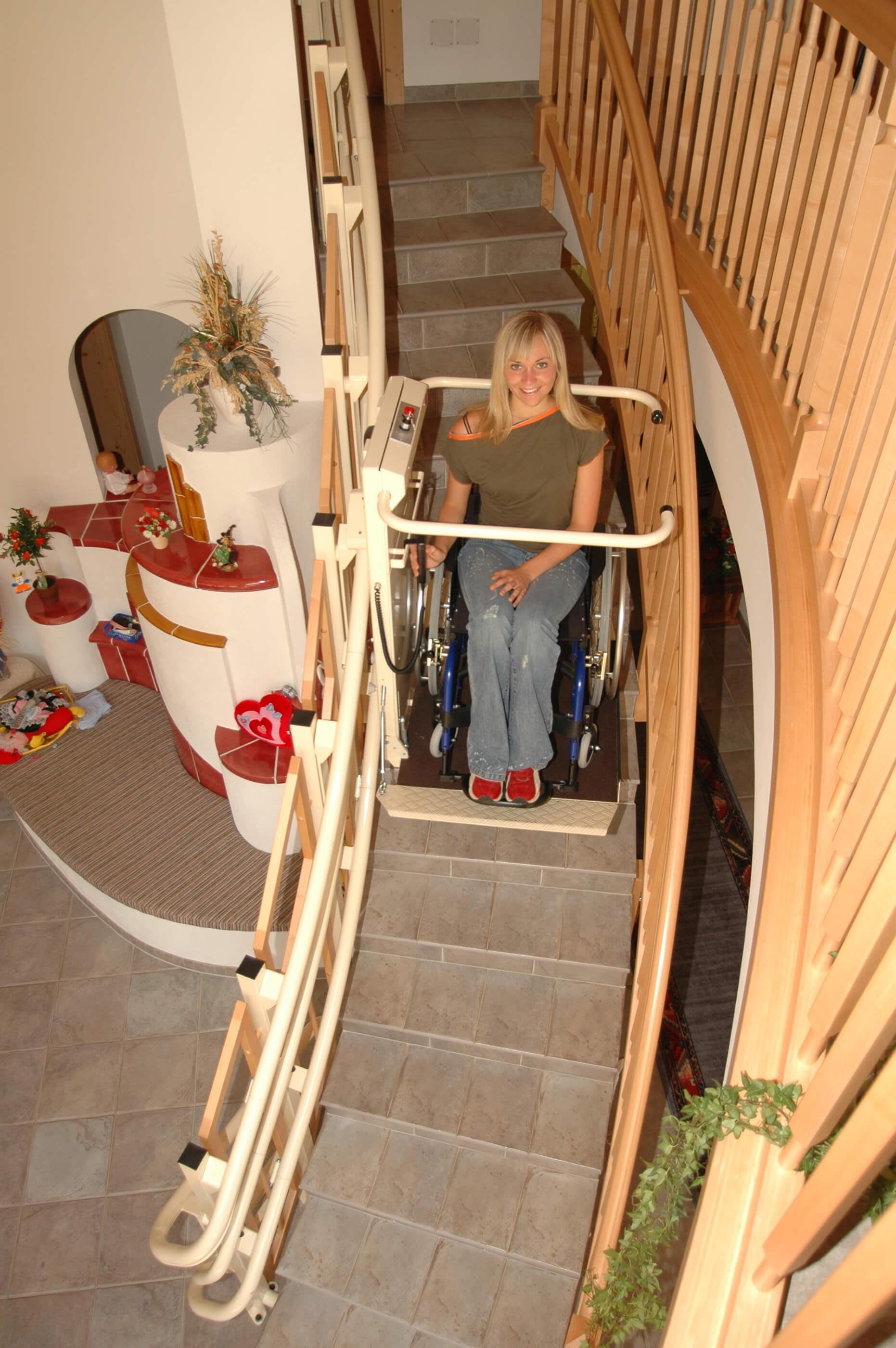 Personne en chaise roulante utilisant une plateforme monte-escalier