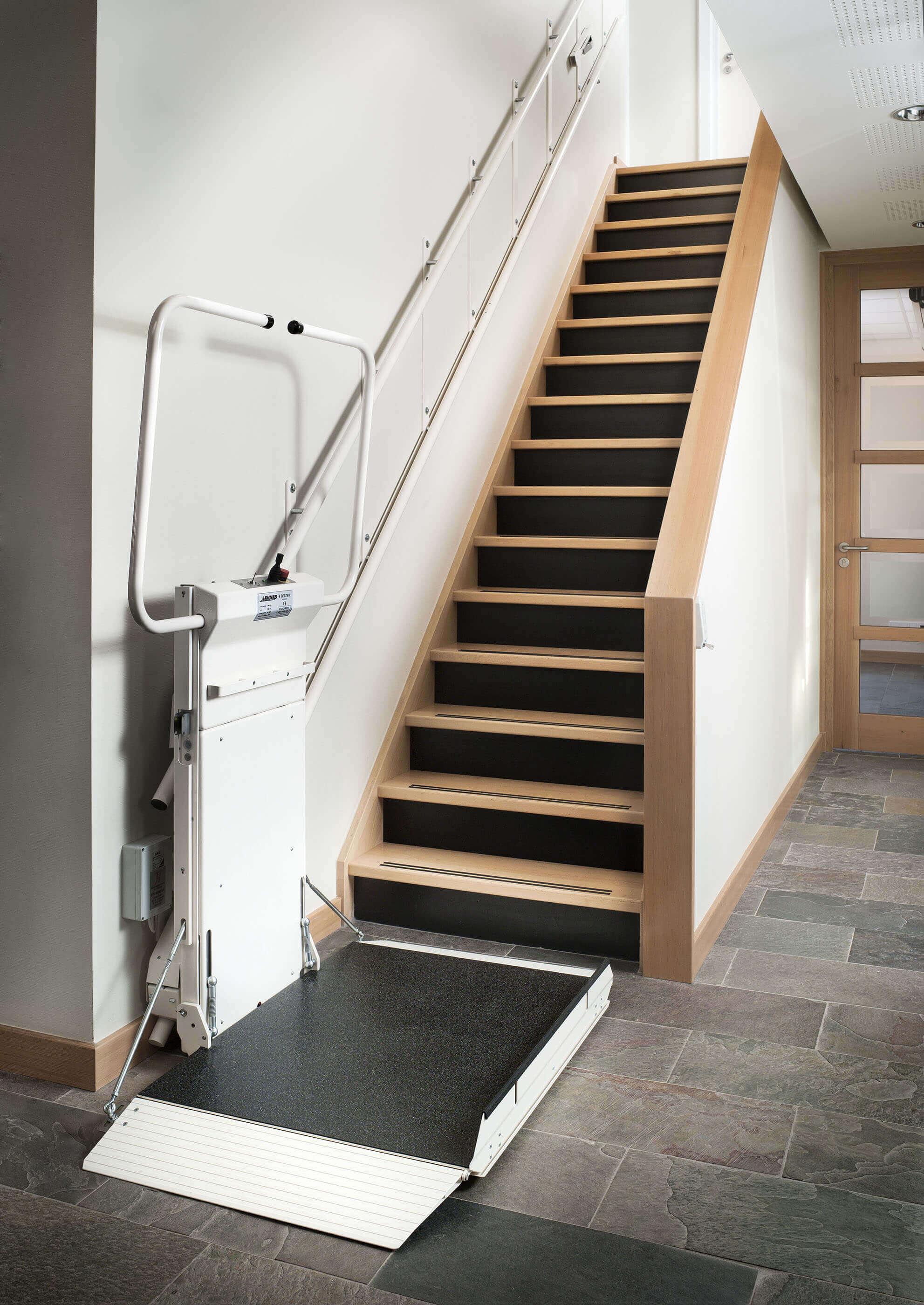 Plateforme monte-escalier en bas d'un escalier raide