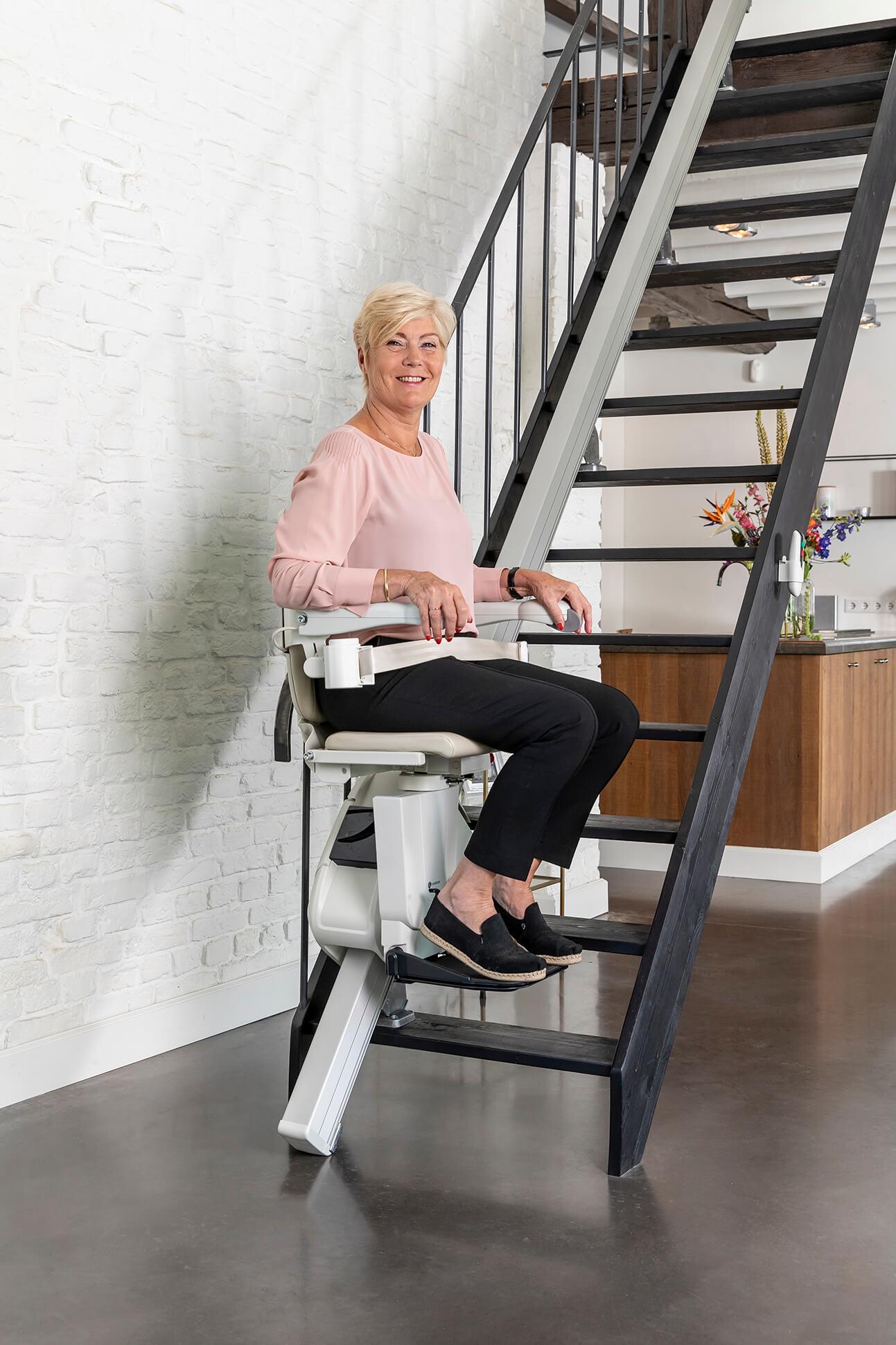 Femme utilisant un siège monte-escalier