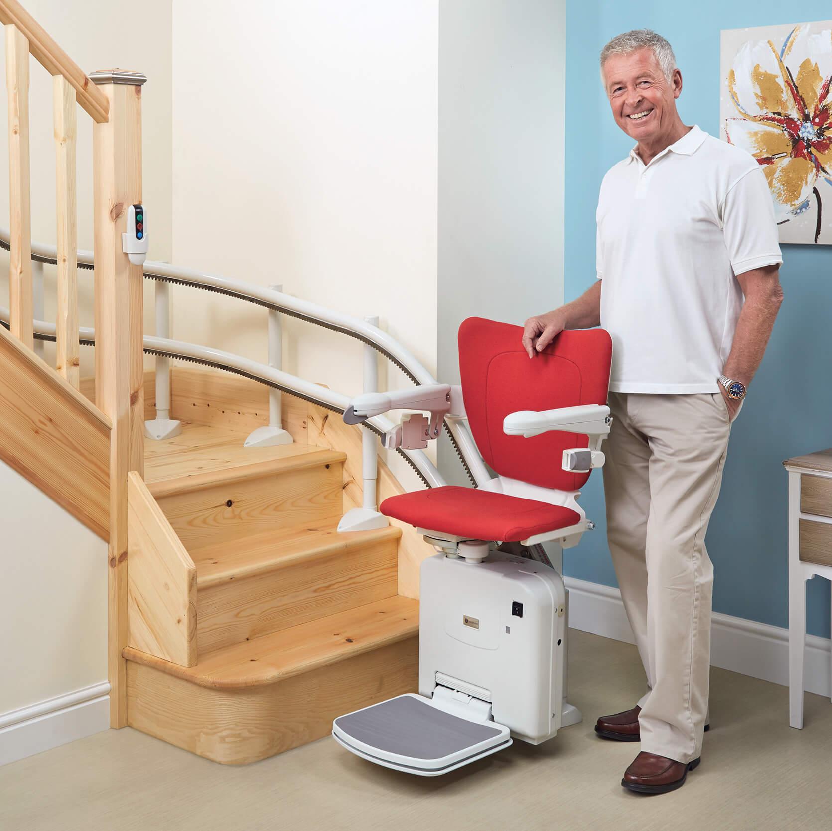 Homme se tenant à côté d'un siège monte-escalier