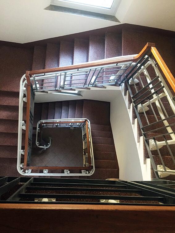 Vue de dessus d'une installation d'un siège monte-escalier